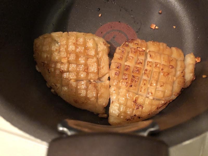 バターと醤油でこんにゃくを炒める