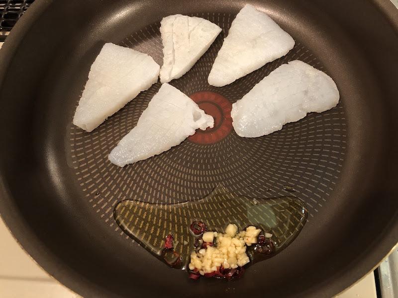 ニンニク、鷹の爪、オリーブオイルとこんにゃくを低温で焼く
